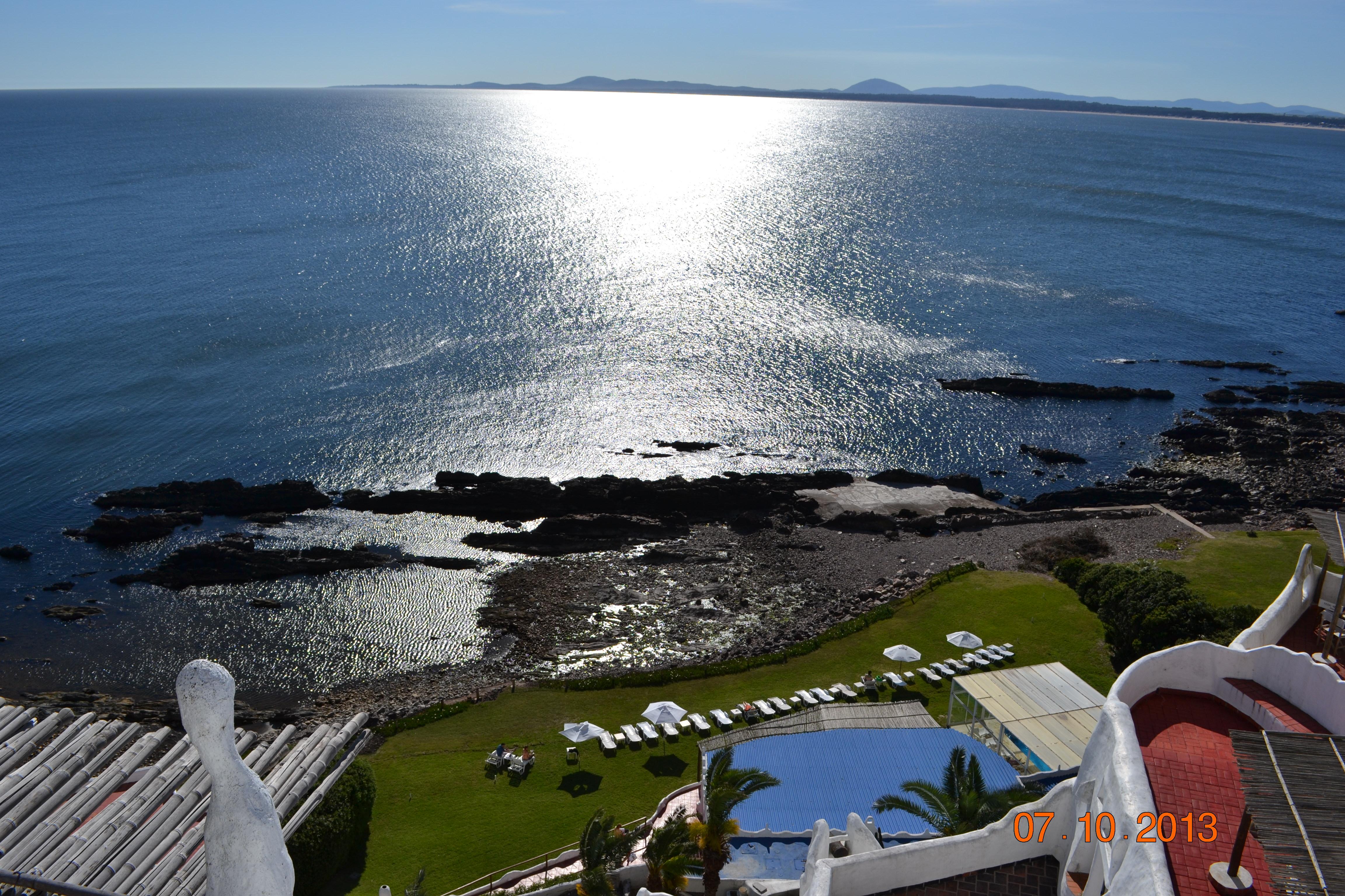 Vista da Casapueblo, detalhe para o deck do hotel no canto inferior da foto
